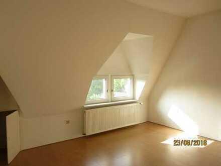 Erstbezug nach Sanierung mit EBK: günstige, geräumige 2-Zimmer-Dachgeschosswohnung in Solingen