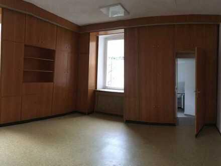 Hell, großzügig, gepflegt: 2-Zimmer-Hochparterre-Wohnung, Einbauküche in Wiesentheid, OT Reupelsdorf