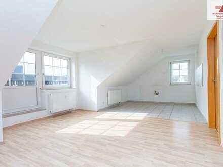 Schlossblick! Renovierte, große 3-Raum-Wohnung mit offener Küche u. Balkon im Dachgeschoss!