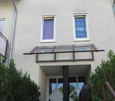 Stilvolle, gepflegte 2-Zimmer-Wohnung mit Einbauküche und Tiefgarage