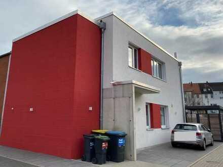 Exklusive neuwertige 3-Zimmer-Penthouse-Wohnung im Bauhausstil mit Balkon