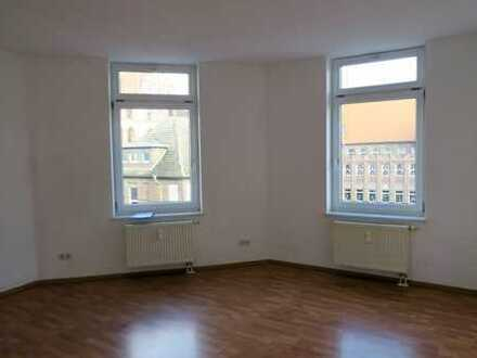 Schöne helle 2 Zi-Wohnung mit Laminat, off. Küche und Wannenbad im östl. Stadtteil von Halle
