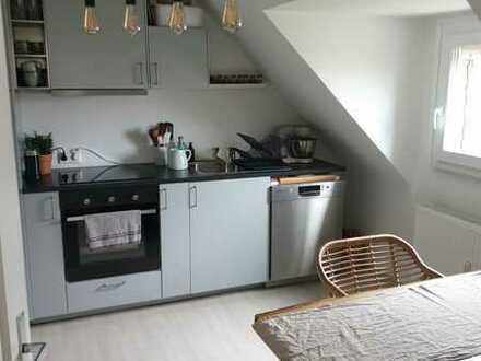 Vollständig renovierte DG-Wohnung mit zwei Zimmern und EBK in Karlsruhe