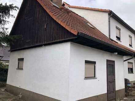 Doppelhaushälfte mit Potenzial und großem Grundstück