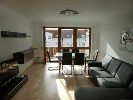 Neuwertige 3-Zimmer-Dachgeschosswohnung mit Balkon und EBK in Königsbrunn