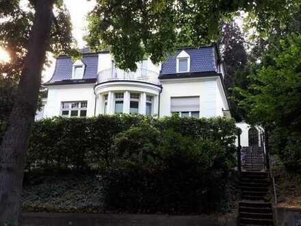 Großzügige Maisonette-Wohnung in einer freistehenden Zwei-Familien-Villa zu vermieten.