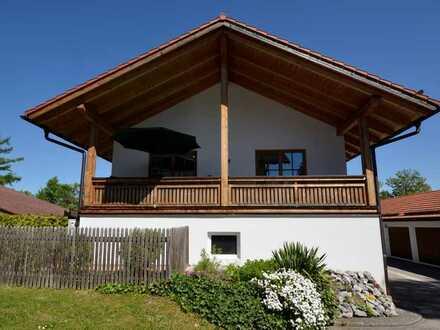 Freistehendes, modernes Haus mit Balkon und Garten