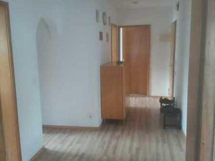 Große Wohnung mit schönem Zimmer