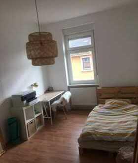 Helle 2-Zimmer-Wohnung mit EBK in Karlsruhe zur längerfristigen Miete. Keine WG