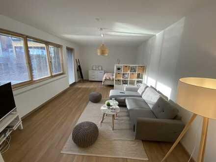 Stilvolle, geräumige und neuwertige 1,5-Zimmer-EG-Wohnung mit Terrasse und EBK in Wiesbaden