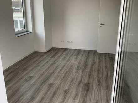Feldstrasse : Neuwertige 2-Zimmer-DG-Wohnung mit Balkon und EBK