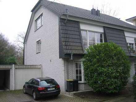 Gepflegte hochwertige Doppelhaushälfte im Landhausstil im Villenviertel