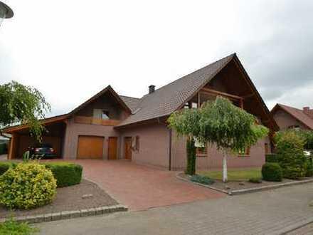 Großzügiges, sehr gepflegtes Einfamilienhaus mit Garage im neuwertigen Zustand.