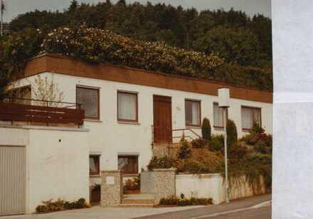 Terrassenhaus mit vier Zimmern , Erddach zur Dachbegrünung für natürliche Klimatisierung