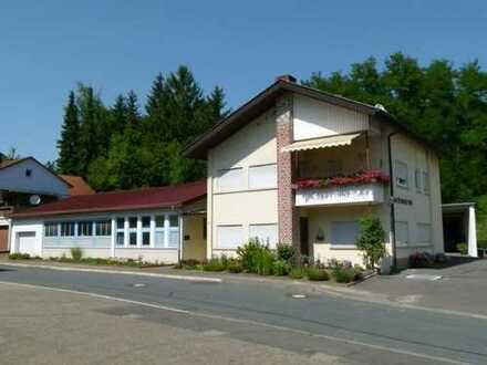 Wohnhaus mit Gewerbeeinheit und separater Fabrikationshalle in zentraler Lage!