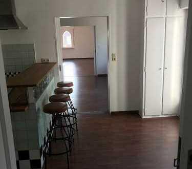 Vollständig renovierte 2-Zimmer-Wohnung mit Balkon und EBK in Frankfurt am Main
