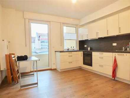 Schicke 2,5 Zimmerwohnung mit Einbauküche und Balkon