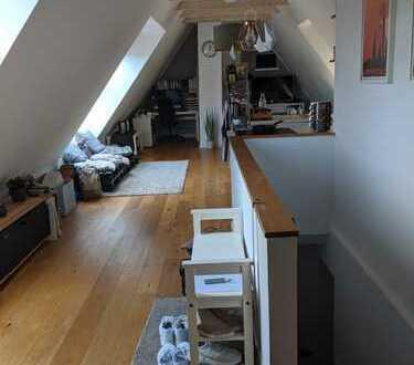 Lichtdurchflutete neuwertige 2-Zimmer-DG-Wohnung mit Blick ins Grüne