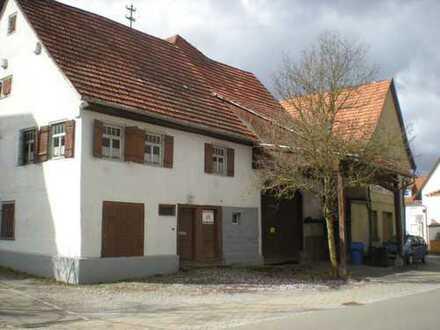 Zwei ehemalige Bauernhäuser mit Scheunen in der Ortsmitte von Owingen