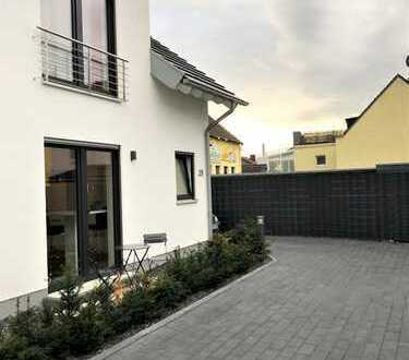 Wohnen am Rheinpark mit Blick auf dem Rhein! Reihenhaus mit Küche, Garten & Garage