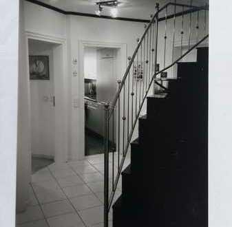 Gepflegte Maisonette-Wohnung mit vier Zimmern sowie Balkon und Einbauküche in Türkenfeld