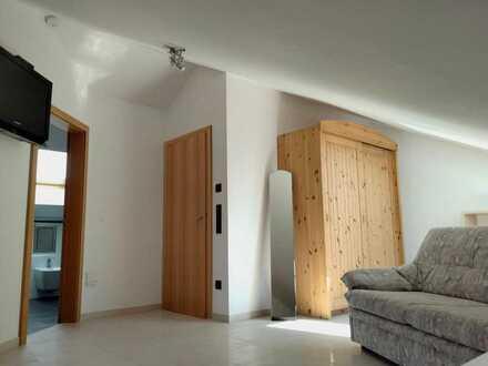 Geräumiges, voll möbliertes Zimmer mit geräumigem Bad im DG
