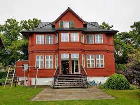 Großzügige Wohnung in luxuriöser Villa mit Seezugang