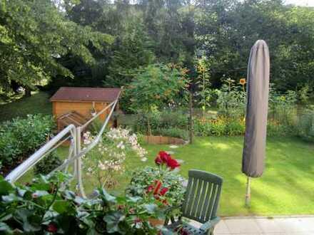 Ein kleines Paradies im Grünen: 4-Zimmer-Wohnung / Garten / Garage in ruhiger Wohnlage