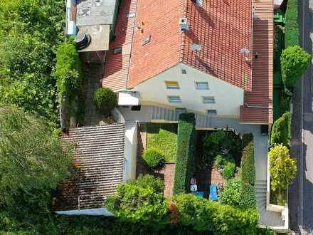 Hübsches Haus mit Einliegerwohnung sucht glückliche Familie