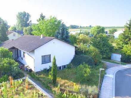 **Kurzfristig verfügbar in Toplage - eingeschossiges Einfamilienhaus mit viel Potential!**