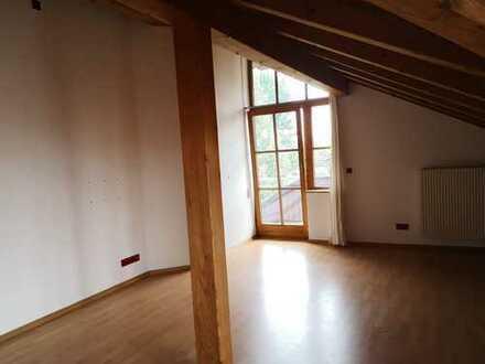 Helle 4 Zimmer Dachgeschosswohnung 930€