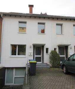 Schönes, möbliertes Haus mit vier Zimmern auf 3 Ebenen in Köln, Rodenkirchen