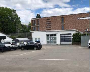 Gewerbefreifläche 930m² in Toplage mit Büros, Küche, WC's & Halle zur Wagenpflege