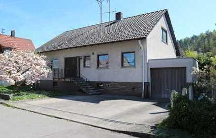 Schönes Einfamilienhaus mit Terrrasse, einem großen Garten sowie Einzelgarage in 71154 Nufringen