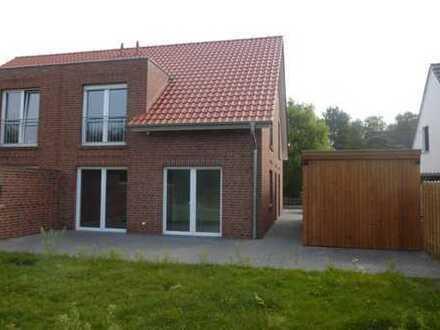 neuwertige helle Doppelhaushälfte mit Carport und Abstellraum
