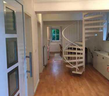 Vollmöbiliertes WG-geeignetes Einfamilienhaus mit Südterrasse und Garten in ruhiger Wohnlage