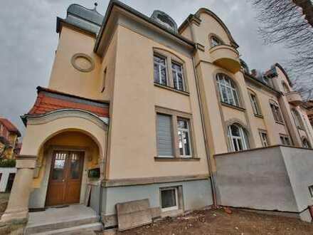 Traumhafte und lichtdurchflutete moderne Dachgeschosswohnung in sanierter Denkmal-Villa