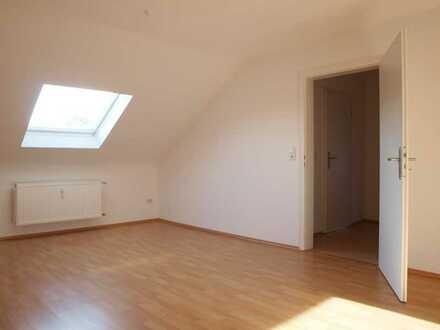 Gemütliches Zuhause! Neu sanierte u. renovierte DG Wohnung mit Wohnküche, TL Bad u. Stellplatz