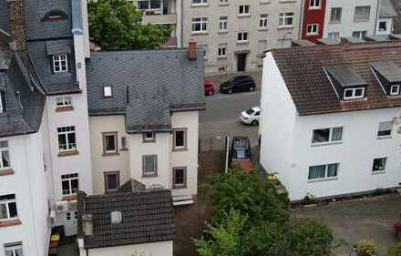 Oberrad:Modernisierungsbedürftiges Wohnhaus mit 2 Wohnungen, Garten und kleinem Innenhof.