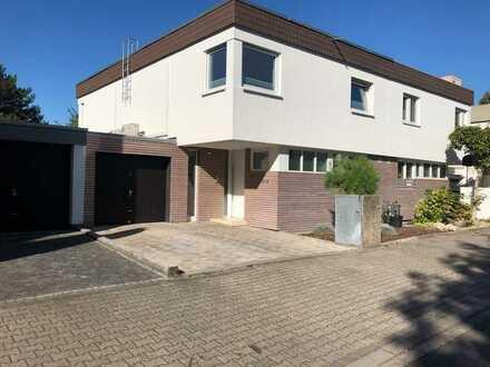 Schönes, geräumiges Haus mit sieben Zimmern in Mannheim, Niederfeld