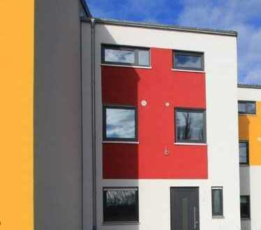 Neubau: Erstbezug Reihenhaus mit Dachterrasse und Garten in Stadtlage