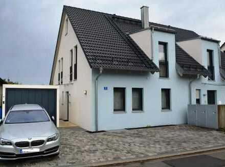 Geisenfeld! Neuwertige u. exklusive Doppelhaushälfte mit FBH, Holzofen, elektr. Rollläden u. Garage!