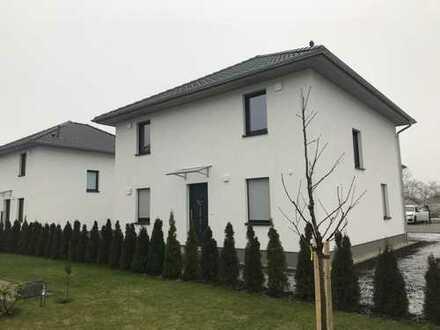 Großes Einfamilienhaus mit Garten in ruhiger Neubausiedlung