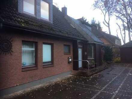Renovierte 2-Zimmer-Dachgeschosswohnung mit Loggia und Einbauküche in Oldenburg Ofenerdiek