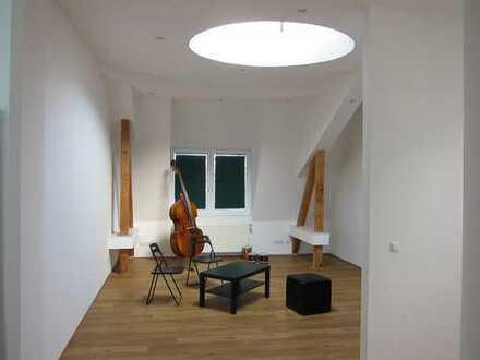 Exklusive, vollständig renovierte 3-Zimmer-Dachgeschosswohnung mit Balkon und EBK in Hamburg