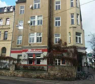 Wohn- und Geschäftshaus (sanierungsbedürftig) am Eingang des Mühlwegviertels von Halle (Saale)