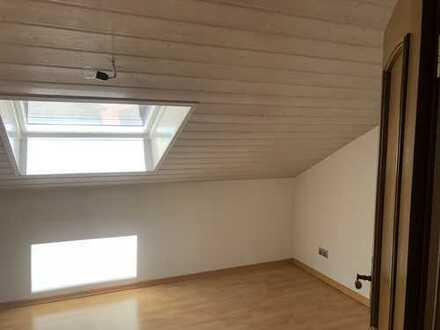 4-Zimmer-DG-Wohnung mit Balkon und EBK + Mieteinnahmen
