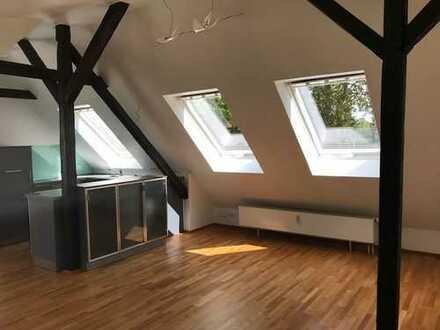 Ideal für Single - teilmöblierte 2-Zimmer-DG-Wohnung mit EBK in Essen