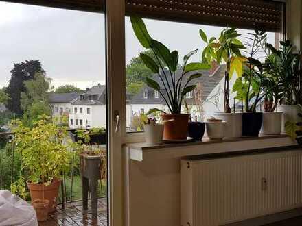 Stilvolle, geräumige 1-Zimmer-Dachgeschosswohnung mit Balkon und Einbauküche in Bonn
