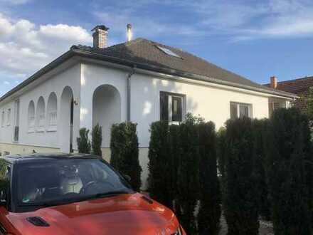 Freundliche 5-Zimmer-Hochparterre-Wohnung mit Balkon und EBK in Neuberg